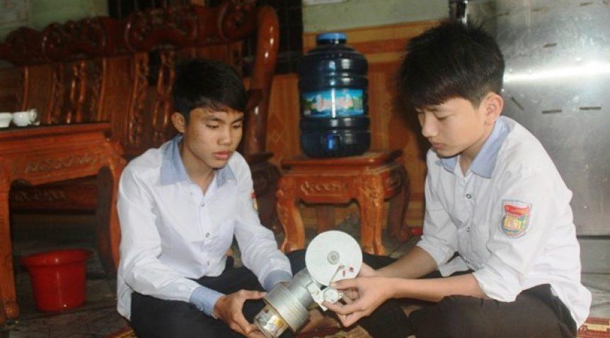 Học sinh chế tạo máy phát điện dùng năng lượng mặt trời