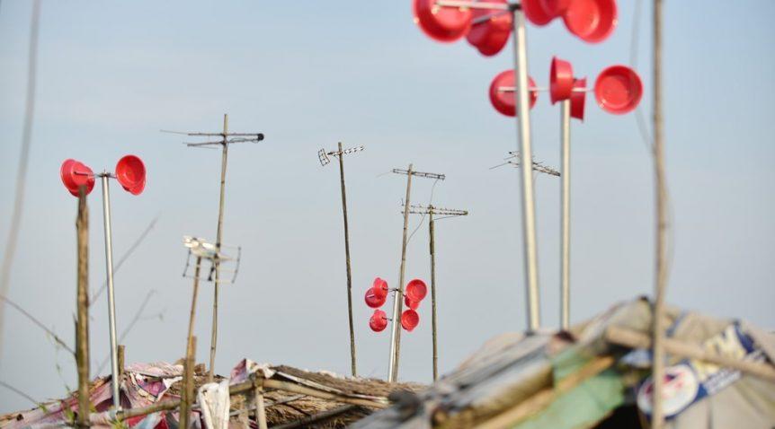 Máy phát điện chậu nhựa ý tưởng độc đáo ở làng chài ven sông